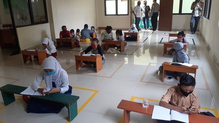 Tak Punya Kuota Internet, Belasan Siswa Tertolong Wi-Fi Gratis di Aula Kantor Kelurahan Jatirahayu