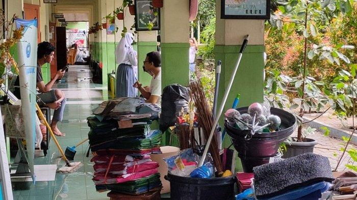 Gara-gara Kebanjiran, Siswa-siswi SMAN 10 Kota Bekasi Ngga Belajar Lantaran Harus Bersih-bersih