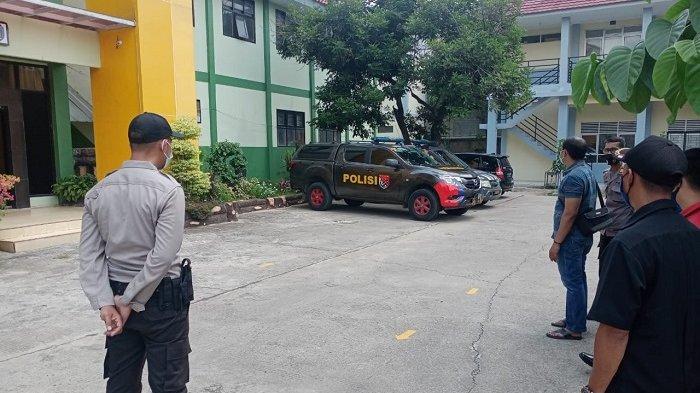 Polisi mendatangi SMA Negeri 12 Kota Bekasi, Jawa Barat,  untuk melakukan pemeriksaan terkait kasus pencurian di sekolah ini saat masyarakat merayakan Lebaran, Jumat (14/5/2021).