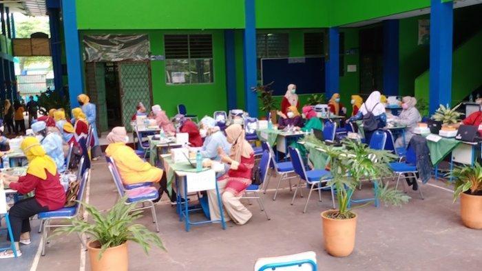 Suasana SMPN 3 Kota Tangerang saat menggelar vaksinasi Covid-19 tahap pertama, Kamis (22/7/2021)