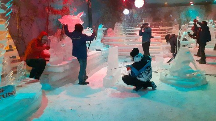 Jelang Libur Natal dan Tahun Baru, Snow World Revo Town Bekasi Hadirkan Patung Es Nuansa Natal