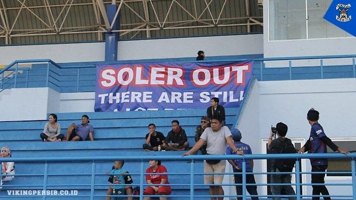 Belum Bisa Menang, Bobotoh Pasang Spanduk 'Soler Out'