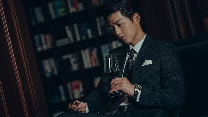 Aktor Korea Song Joong Ki akan tampil dalam drama Korea terbarunya berjudul Vincenzo. Dia berperan sebagai pengacara yang menuntut keadilan.