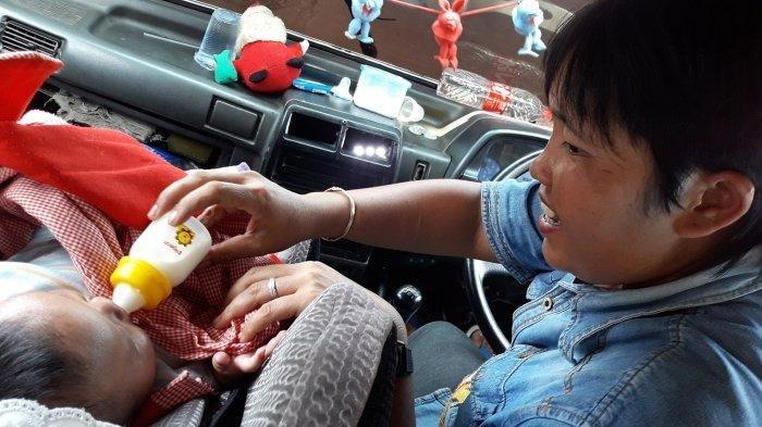 Sopir Angkot yang Selalu Bawa Bayinya Saat Kerja Ternyata Tak Punya SIM, Lebih Utamakan Beli Susu