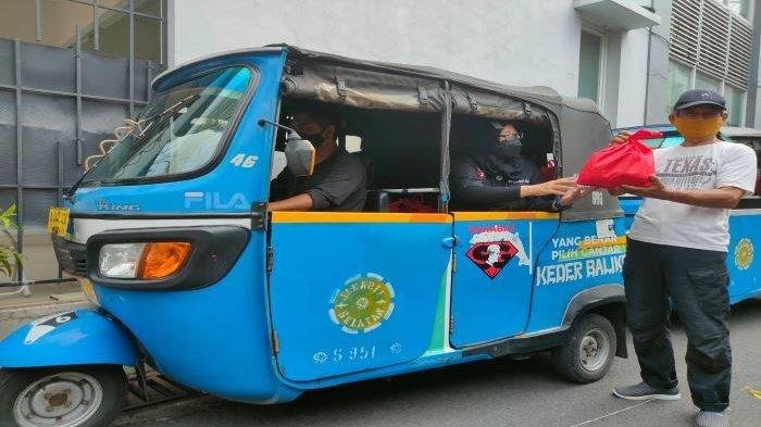 Tanpa Dibayar Puluhan Sopir Bajaj di Jakarta Dukung Ganjar Pranowo, Bagikan 1.000 Sembako ke Warga