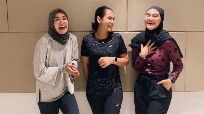 Soraya Larasati, Sahila Hisyam dan Zee Zee Shahab membagikan tips sehat dengan terus melakukan olahraga, Jumat (10/9/2021).