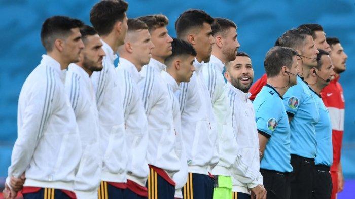 Timnas Spanyol dan Polandia berbaris menyanyikan lagu kebangsaan sebelum laga. Babak pertama Spanyol vs Polandia 1-0 melalui gol Morata