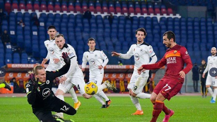 Kiper Spezia gagalkan tendangan pemain AS Roma. Spezia kalahkan 9 pemain AS Roma dan berhak melaju ke babak perempatfinal Coppa Italia.
