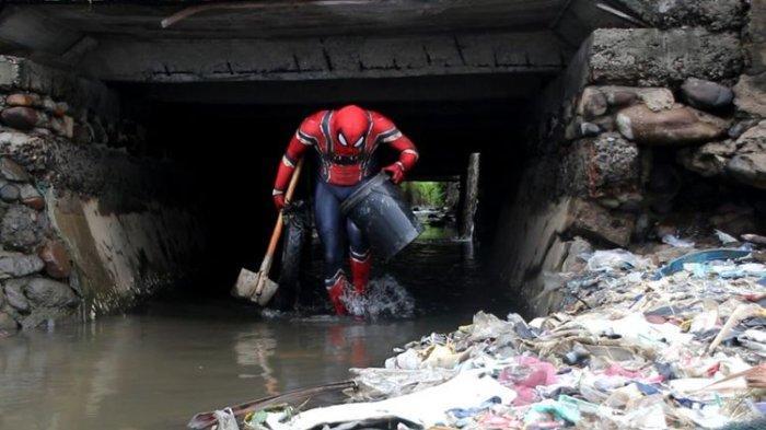 Ketika Spiderman Turun ke Jalan Bersihkan Sampah