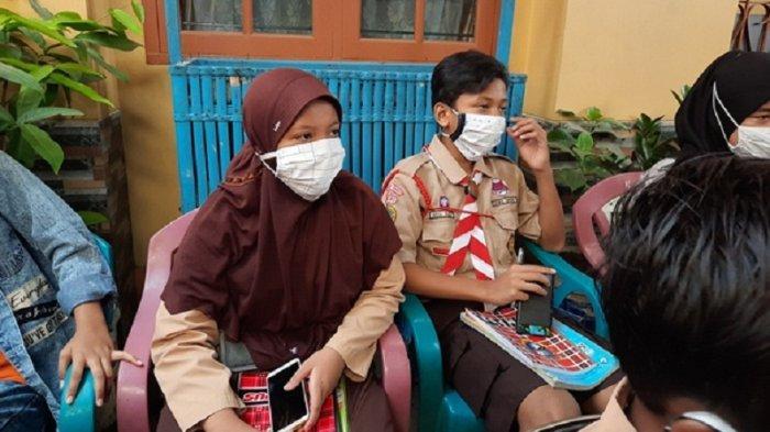 Mau Belajar Online Siswi SMP di Jakarta Pinjam Ponsel Milik Paman, Adiknya Pinjam ke Tetangga