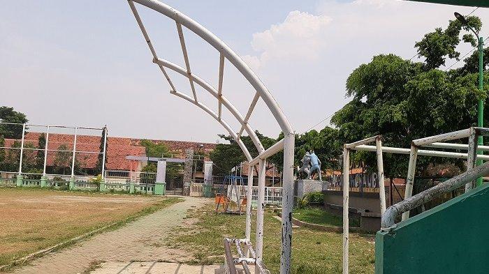 Salah satu fasilitas Stadion Mini Gapensa Kosambi yang rusak tak terawat.