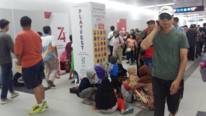 Meski Aturan Denda Rp 500 Ribu Sudah Diterapkan, Banyak Penumpang MRT Tetap Duduk di Lantai Stasiun