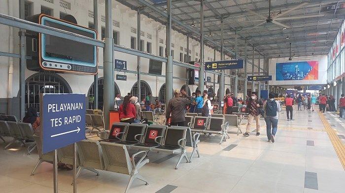 Akibat Larangan Mudik Lebaran, Stasiun Pasar Senen Sepi Penumpang