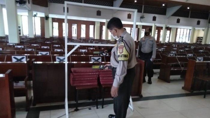 Polisi Melakukan Sterilisasi Gereja Santo Arnoldus Bekasi Jelang Perayaan Paskah