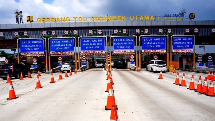 Suasana arus kendaraan di Gerbang Tol Cikampek Utama, pada Minggu (16/8/2020).