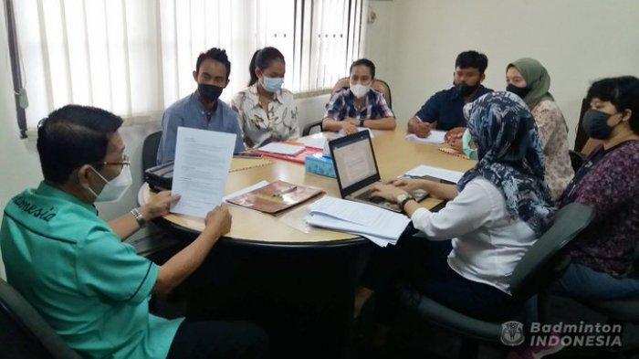 Wakil Sekjen PBSI, Edi Sukarno menerima 3 pebulutangkis yang akan banding keputusan BWF ke CAS