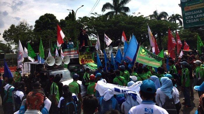 Suasana demo buruh menolak UU Omnibus Law di depan Pemda Kabupaten Bogor, Cibinong, Jumat (16/10/2020)