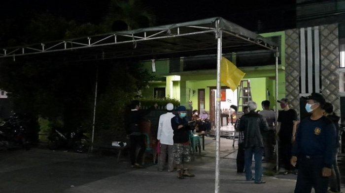 Suasana rumah duka almarhum Radhar Panca Dahana di Villa Mutiara Pamulang, Kota Tangsel pada Rabu (22/4/2021). (Warta Kota/Rizki Amana)