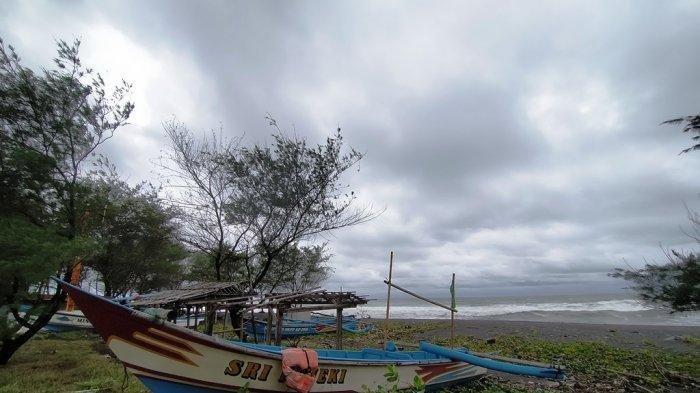Gelombang Tinggi di Laut Selatan Jawa Paksa Nelayan di Kulon Progo Menepikan Perahu Mereka