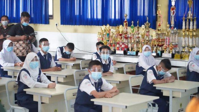 Suasana pembelajaran tatap muka di SMP Negeri 1 Cisarua, Kabupaten Bogor