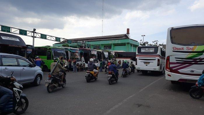 Meski Tahu Ada Larangan Mudik, Muslimin Tetap Pulang Kampung Naik Bus di Terminal Induk Bekasi