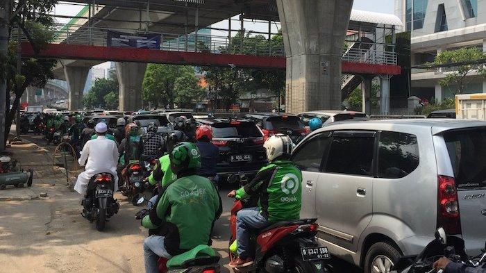 VIDEO : Karyawan Tidak Bisa Lolos Penyekatan Underpass Mampang