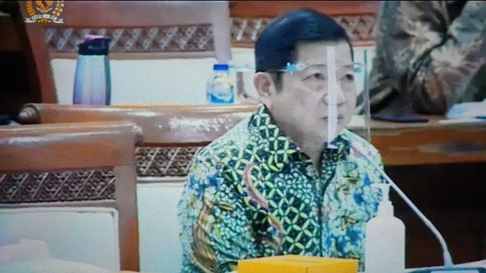 Menteri PPN/Kepala Bappenas Suharso Monoarfa mengenakan face shield saat menghadiri rapat kerja bersama Komisi XI DPR, Senin (22/6/2020).