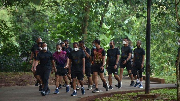 Komandan Korps Marinir Mayor Jenderal TNI (Mar) Suhartono, M.Tr(Han), memimpin jalan sehat di Kesatrian Marinir Hartono Cilandak Jakarta Selatan, Selasa (26/1/2021).