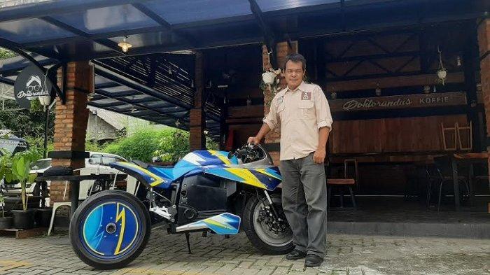 Sujono, Kepala Pusat Studi Kendaraan Listrik Universitas Budi Luhur saat berpose di motor listrik BL-SEV01 karyanya.