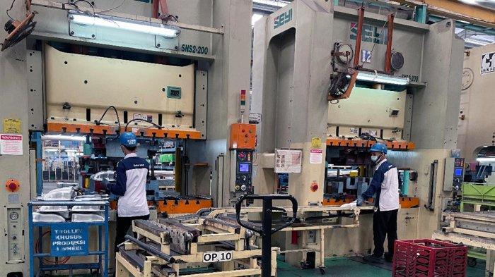 Pekerja berproduksi di lini suku cadang mobil PT Dharma Polimetal di Delta Silicon 1 Cikarang, Jawa Barat.