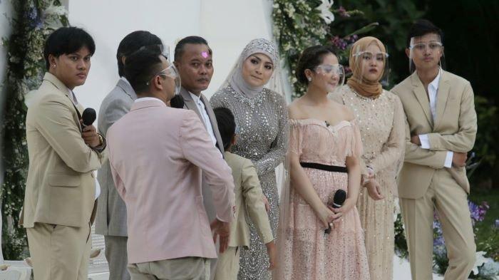 Sule dan Nathalie Holscher bersama keluarganya setelah akad nikah digelar Tsamara Resto, Jatisampurna, Bekasi, Jawa Barat, Minggu (15/11/2020) sore.