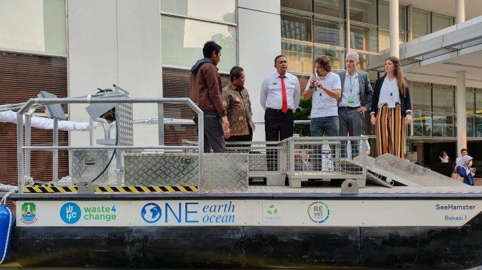 Sampah Sebanyak 775 Ton Bocor Sehingga Terbuang Mengalir di Kali Bekasi