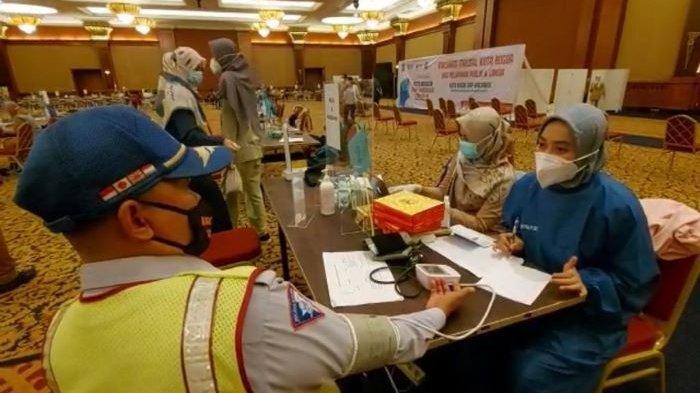 Supeltas fenomenal Kota Bogor, Mahfud, menjalani vaksinasi Covid-19. Vaksin Covid-19 tersebut merupakan jatah Wali Kota Bogor, Bima Arya, yang diberikab ke Mahfud.