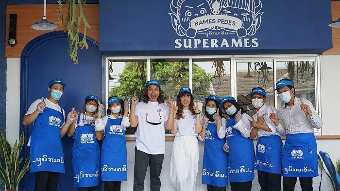 Gerry Girianza dan Bella Kuku Tanesia (berbaju putih tengah) saat pembukaan cabang pertama Superames di kawasan Jalan Tanjung Duren Barat 1 No.12, Jakarta Barat.
