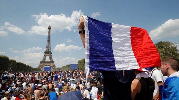 Warga Berkumpul di Menara Eiffel Rayakan Kemenangan Timnas Prancis