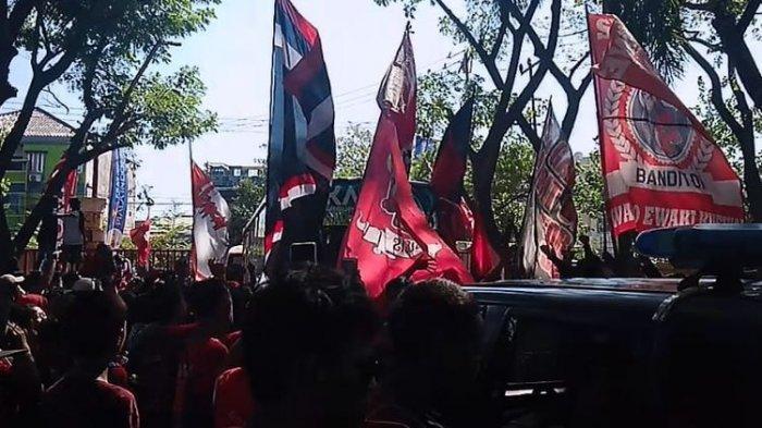 HEBOH Suporter PSM Makassar Tertancap Anak Panah saat Keluar Stadion