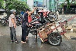 Warga Bidara Cina Lega Banjir Mulai Surut saat Jelang Siang
