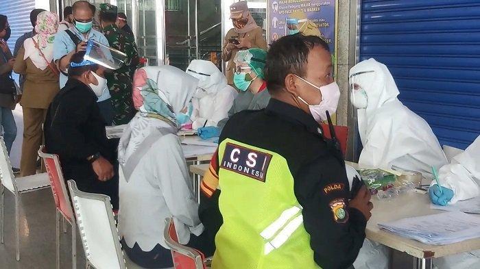 Pedagang dan Petugas Keamanan Pasar Tanah Abang Blok A dan B Jalani Swab Test Massal