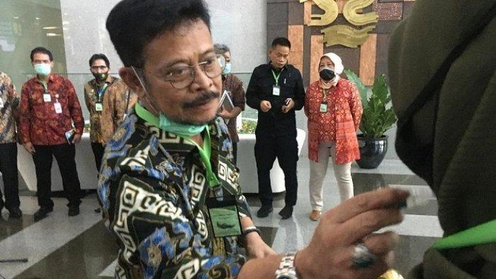Menteri Pertanian Klaim Kalung Kayu Putih Ampuh Bunuh Covid-19 dalam 30 Menit