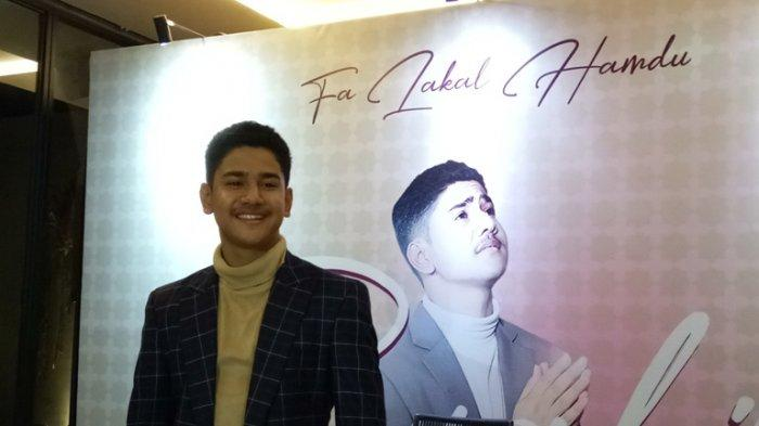 Pesinetron remaja Syakir Daulay kini mencoba tantangan baru dengan melebarkan sayap karirnya di industri musik Indonesia. Single solo perdananya berjudul 'Fa Lakal Hamdu' ciptaan pasangan selebritas Ditto Percussion dan Ayudia Bing Slamet.
