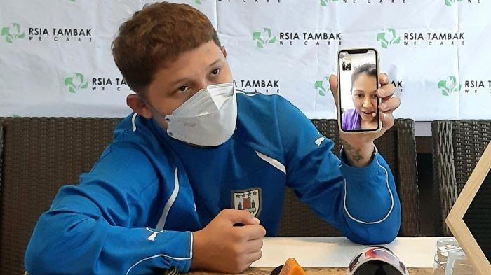 Syamsir Alam menunjukkan video Bunga Jelitha, istrinya, di RSIA Tambak, Manggarai, Tebet, Jakarta Selatan, Kamis (7/1/2021). Bunga Jelitha melahirkan putri pertamanya, Rabu (6/1/2021) siang.