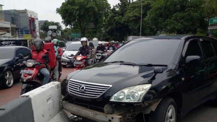 Pengemudi Menabrakkan Mobilnya ke Pembatas Jalan