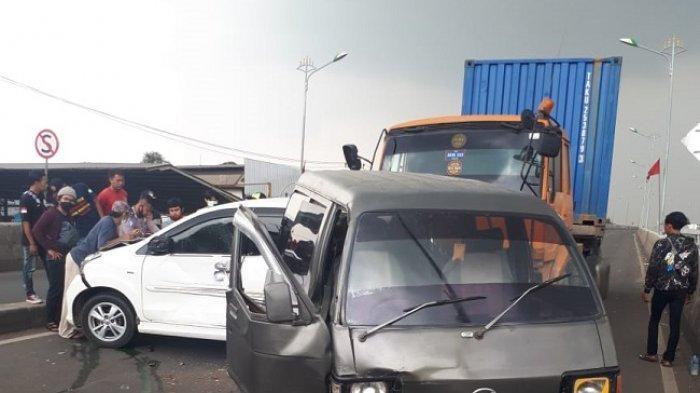 Tabrakan beruntun di Jalan Narogong Raya, Bekasi melibatkan 3 mobil.
