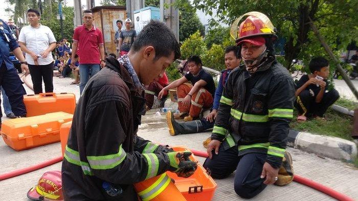 Asap Mercon Terlalu Pekat di Pabrik Kembang Api, Petugas Pemadam Pakai Tabung Oksigen
