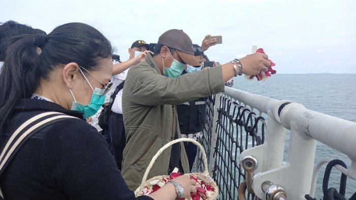 Keluarga Sriwijaya SJ-182 tengah melakukan tabur bunga di lokasi jatuhnya Pesawat Sriwijaya SJ182 di Perairan Kepulauan Seribu. Jumat (22/1).