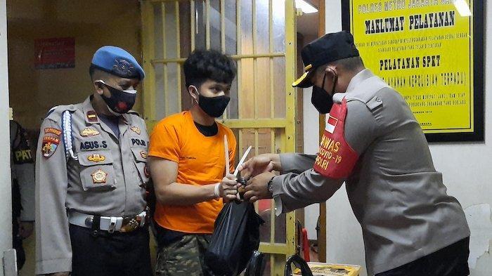 Puluhan Tahanan  Polsek Tambora Girang Dapat Jatah Daging Kurban yang Sudah Diolah Jadi Rendang
