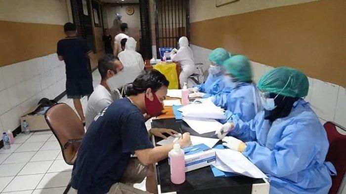 Para tahanan Polres Metro Jakarta Timur menjalani pemeriksaan swab test yang dilakukan jajaran Puskesmas Kelurahan Balimester untuk mencegah penyebaran Covid-19.