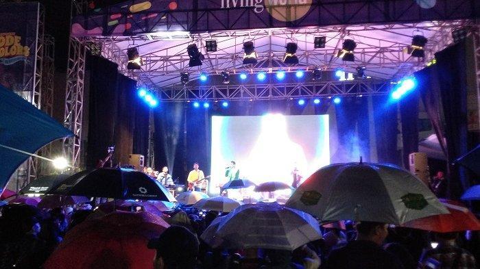 Pengunjung Pesta Akhir Tahun di Living World Kenakan Payung Saksikan Band RAN
