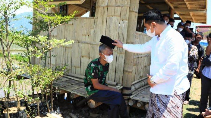 Tunggu Bantuan Sembako, Rofik Tak Menyangka Bakal Dapat Peci dari Wakil Gubernur Taj Yasin