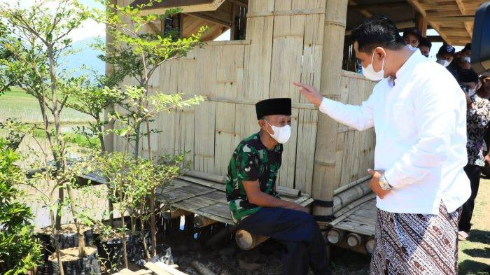 Wakil Gubernur Jawa Tengah, Taj Yasin Maimoen saat memberikan peci kepada Rofik, warga Dusun Candikidul, Desa Candirejo, Kecamatan Tuntang, Sabtu (18/9/2021).